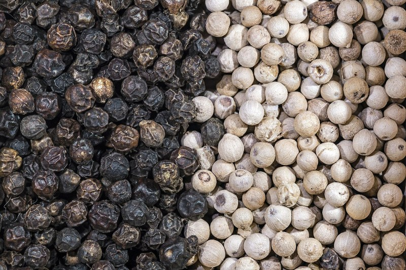 Piper_nigrum_Dried_fruits_with_and_without_pericarp_-_Penja_Cameroun_800x533